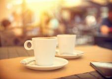 Ochtendkoffie op het terras in koffie royalty-vrije stock foto