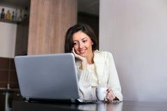 Ochtendkoffie voor laptop stock fotografie