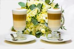 Ochtendkoffie voor paar in liefde Twee koppen van cappuccino met lattekunst op zwarte lijst Royalty-vrije Stock Foto's