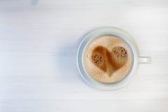 Ochtendkop van koffie met hartvorm Stock Foto