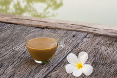 Ochtendkop van koffiewaterkant royalty-vrije stock foto