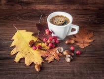 Ochtendkop van Zwarte Koffie in Autumn Setting royalty-vrije stock afbeeldingen