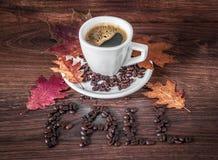 Ochtendkop van Zwarte Koffie in Autumn Setting stock afbeeldingen