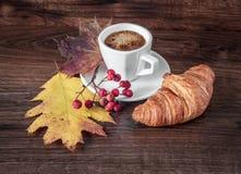 Ochtendkop van Zwarte Koffie met een Croissant royalty-vrije stock afbeelding