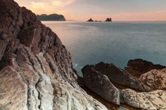 Ochtendlandschap met donkere stenen op Adriatische Overzees, Montenegro Royalty-vrije Stock Afbeelding