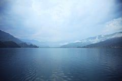 Ochtendlandschap met meer en bergen Stock Afbeelding