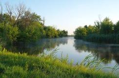 Ochtendlandschap met mist op de rivier Royalty-vrije Stock Fotografie