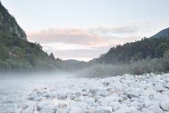 Ochtendlicht bij Soca-Rivier, Slovenië, het Nationale Park van Triglav Stock Afbeelding