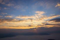 Ochtendlicht bij zonsopgang en mist die de bergen behandelen royalty-vrije stock foto