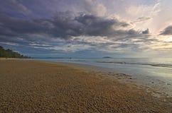 Ochtendlicht over het overzees en het strand stock afbeeldingen