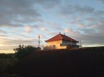 Ochtendlicht van zonsopgang over het huis die met nieuwe dag instemmen stock foto's