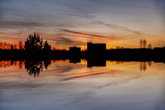 Ochtendmening met magische zonsopgang in de stad van Letland Daugavpils Royalty-vrije Stock Afbeelding