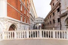 Ochtendmening van de Brug van Sighs in Venetië stock fotografie