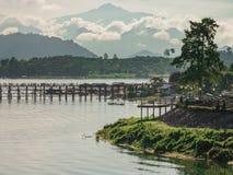 Ochtendmening van de oude houten brug in Sangkhlaburi, Kanchanab Royalty-vrije Stock Foto's