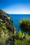 Ochtendmening van Positano-cityscape op kustlijn van Middellandse Zee stock afbeeldingen