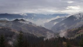 Ochtendmist in bergvallei Nevelige Heuvels stock videobeelden