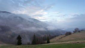 Ochtendmist in bergvallei Nevelige Heuvels stock video