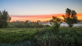 Ochtendmist bij dageraad, vóór zonsopgang dichtbij het dorp stock afbeeldingen