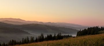 Ochtendmist bij zonsopgang in de bergen Stock Foto