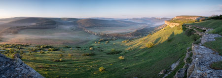 Ochtendmist in de bergen vroeg in de ochtend in de Krim Stock Fotografie