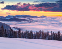 Ochtendmist in de de winterbergen. Royalty-vrije Stock Afbeeldingen