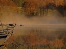 Ochtendmist op het Lipno-meer stock afbeelding