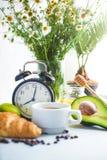 Ochtendontbijt, koffie in een witte de Avocadokalk Honey Awakening van het kopcroissant met een wekker Vrolijk, gezond ontbijt Fr royalty-vrije stock foto