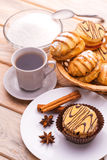Ochtendontbijt. koffie en verse gebakjes stock foto