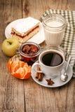 Ochtendontbijt met hete koffie en joghurt royalty-vrije stock afbeeldingen