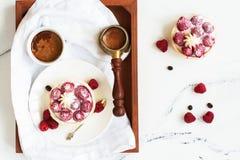 Ochtendontbijt met kleine bessentaartjes en koffie stock fotografie