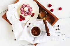 Ochtendontbijt met kleine bessentaartjes en koffie royalty-vrije stock afbeeldingen