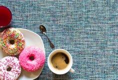 Ochtendontbijt met kleurrijke Donuts en koffie royalty-vrije stock afbeelding