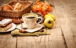 Ochtendontbijt met koffie en vruchten royalty-vrije stock foto