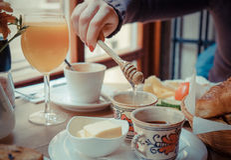 Ochtendontbijt met sap, croaissant en honing in a.c. wordt gediend die Royalty-vrije Stock Afbeeldingen