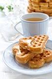 Ochtendontbijt met wafels Royalty-vrije Stock Afbeeldingen
