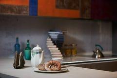 Ochtendontbijt op een ceramisch dienblad in moderne keukeninteri stock foto's
