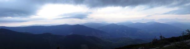 Ochtendpanorama van de bergen stock foto's