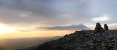 Ochtendpanorama van de bergen stock afbeeldingen