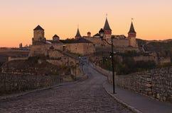 Ochtendpanorama van middeleeuws kasteel kamianets-Podilskyi tijdens zonsopgang Autumn Landscape royalty-vrije stock fotografie