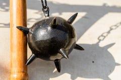 Ochtendster, een middeleeuws die wapen van een zware ijzerbal wordt gemaakt met aren, die wordt vastgemaakt aan een houten stok d royalty-vrije stock foto's
