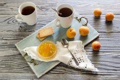 Ochtendthee met abrikozenjam Royalty-vrije Stock Afbeeldingen