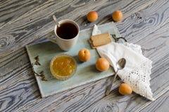Ochtendthee met abrikozenjam Royalty-vrije Stock Foto
