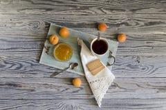 Ochtendthee met abrikozenjam Royalty-vrije Stock Afbeelding