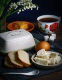Ochtendthee met kaas en ei royalty-vrije stock afbeelding