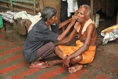 Ochtendtoilet in Benares India stock afbeelding