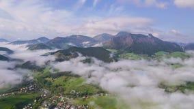 Ochtendvlucht boven mistwolken in klein dorp De lucht langzame tijdspanne van de motietijd hyperlapse stock video