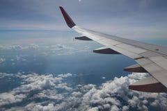 ochtendvlucht op wolk en blauwe hemel, verbazende mening van de wind Royalty-vrije Stock Foto's