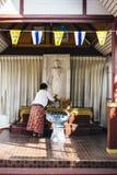 Ochtendvoorbereiding van boeddhistisch altaar Royalty-vrije Stock Afbeelding