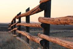 Ochtendzon die op een boerderijomheining glanzen in Wyoming Stock Foto's
