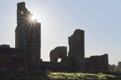 Ochtendzon die over ruïnes toenemen stock afbeelding